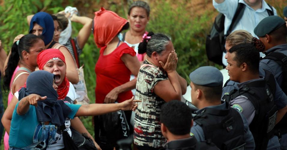 2.jan.2017 - Parentes de presos, do lado de fora do Compaj (Complexo Penitenciário Anísio Jobim), em Manaus, reagem contra ação policial anti-motim depois que 56 pessoas foram mortas dentro da penitenciária