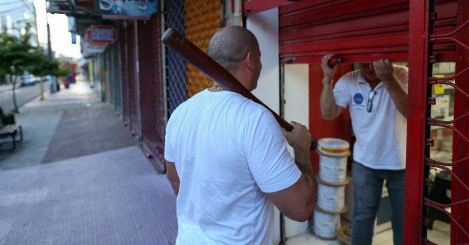 8.jan.2017 - Lojistas do centro de Manaus contratam seguranças particulares armados com porretes e bastões com medo da onda de violência na capital amazonense desde a fuga em massa de 184 presos do Comperj, na última segunda-feira (2)
