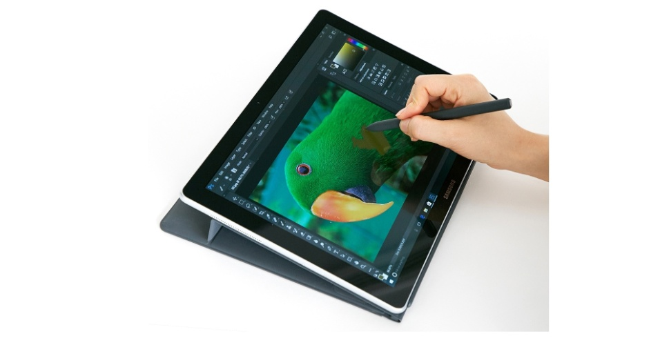 O Galaxy Book no modo tablet, com a caneta stylus