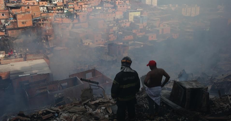 1.mar.2017 - Bombeiros e moradores trabalharam juntos para conter o incêndio de grandes proporções que atingiu cerca de 50 barracos na favela de Paraisópolis, na zona sul de São Paulo