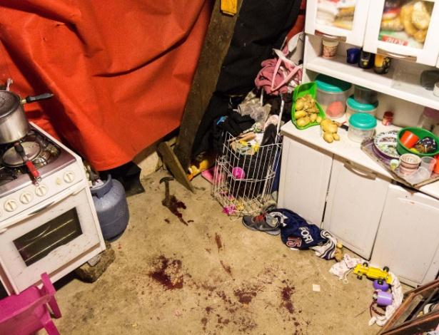 Imagem mostra martelo e marcas de sangue após a morte de Leandro de Souza Santos, na Favela do Moinho