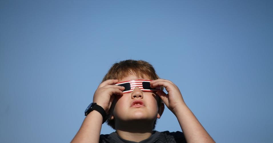 21.ago.2017 - Criança se prepara para ver o eclipse total do Sol em Oregon, Estados Unidos. É a primeira vez que o fenômeno pode ser visto no país em 99 anos