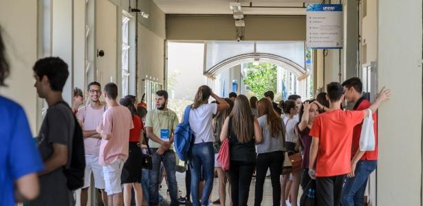 15.nov.2017 - Candidatos conversam nos corredores do campus da Unesp em Franca no dia do vestibular da universidade