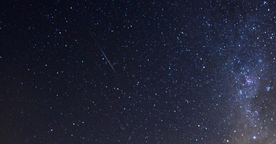 14.dez.2017 - As geminídeas criaram espetáculo noturno em Passo Fundo (RS). A chuva de meteoros poderá ser vista a olho nu até o dia 17 de dezembro. A recomendação é que as pessoas observem o céu a partir de locais escuros, de preferência longe da luminosidade das cidades