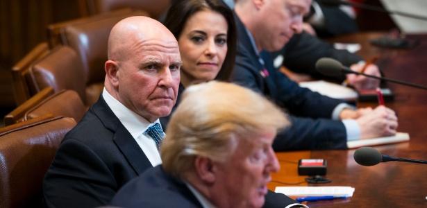 Conselheiro de Segurança Nacional, H.R. McMaster, olha para Trump durante um encontro bilateral em Seul, na Coreia do Sul