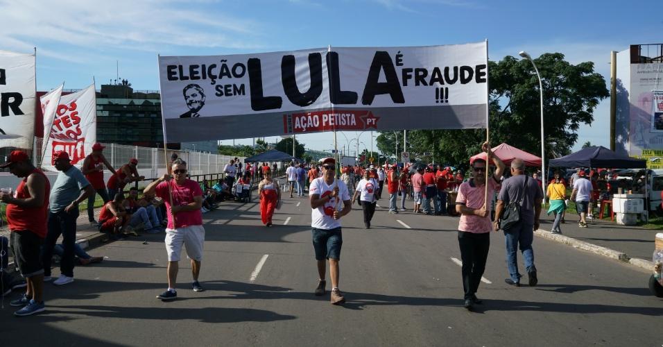 Integrantes do PT de Brasília caminham em direção ao anfiteatro Pôr do Sol do Guaíba. O grupo de 200 pessoas chegou na terça-feira em um ônibus fretado e levou 38 horas para chegar a capital gaúcha