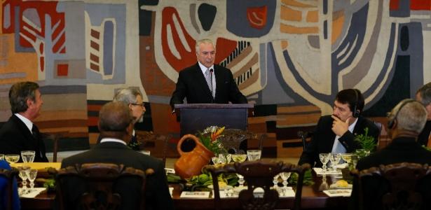Flores decoram mesa onde Temer discursou na abertura do Fórum Mundial da Água - Beto Barata/PR