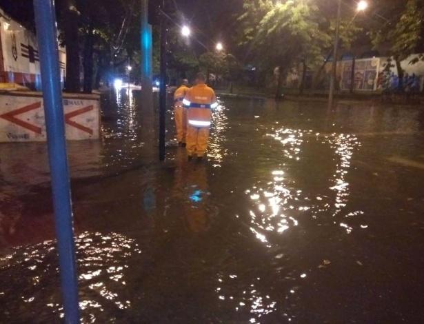 Funcionários da prefeitura do Rio trabalham para desobstruir bueiro em uma das vias alagadas durante a madrugada desta quinta-feira - Reprodução/Centro de Operações do Rio
