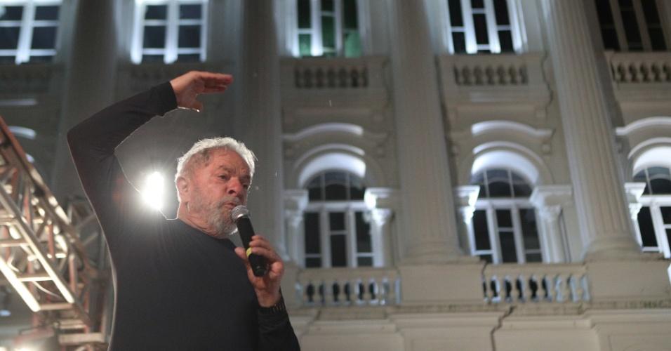 """28.mar.2018 - No ato de encerramento da caravana em Curitiba, Lula negou ainda que seja """"agressivo"""", ao lembrar as eleições que disputou e perdeu. """"Perdia cada eleição e voltava pra casa chorar minhas mágoas. Depois, recomeçava no mês de janeiro. Vocês nunca viram um ato de violência nossa contra qualquer candidato"""", afirmou"""