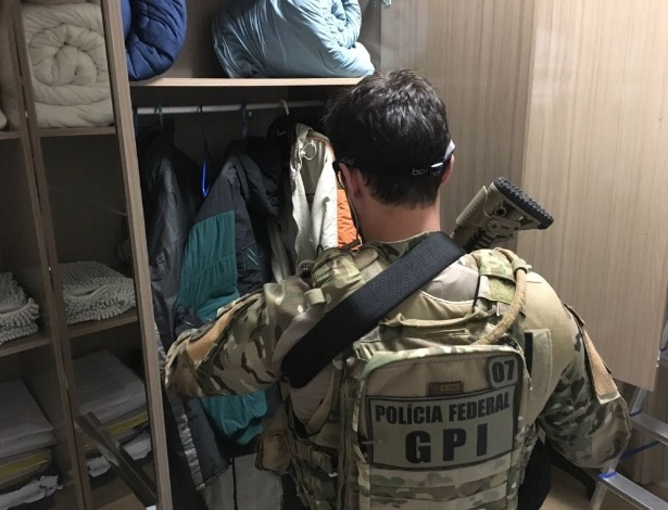 Policial cumpre mandado de busca e apreensão em casa de um dos supostos envolvidos
