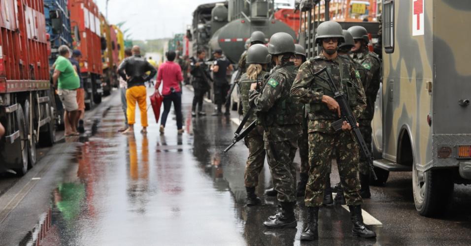 Homens do Exército e da Polícia Militar ajudam a liberar a saída de caminhões com combustível no Porto de Suape, no Grande Recife (PE), nesta segunda- feira (28). Diversas regiões do país sofrem com a falta de combustíveis e seus desdobramentos em função da paralisação dos caminhoneiros, que entrou em seu oitavo dia