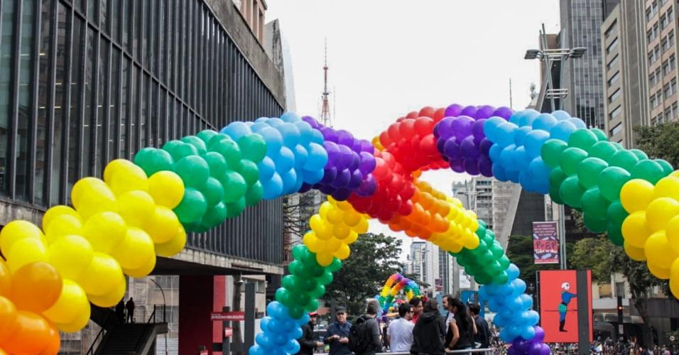 """3.jun.2018 - O evento é uma iniciativa da ONG APOGLBT-SP (Associação da Parada do Orgulho de Gays, Lésbicas, Bissexuais e Transgêneros de São Paulo) e traz como tema deste ano """"Eleições: Poder pra LGBTI+, Nosso Voto, Nossa Voz"""". A 22ª Parada do Orgulho LGBT acontece neste domingo (3) em São Paulo"""