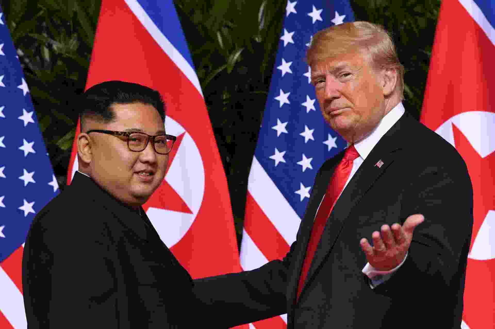 11.jun.2018 - Donald Trump acena para jornalistas ao se encontrar com Kim Jong-un no início da histórica cúpula EUA-Coreia do Norte realizada no hotel Capella, na ilha de Sentosa, em Singapura - Saul Loeb/AFP