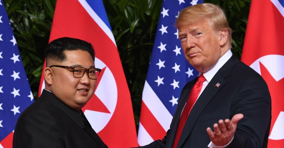 11.jun.2018 - Donald Trump acena para jornalistas ao se encontrar com Kim Jong-un no início da histórica cúpula EUA-Coreia do Norte realizada no hotel Capella, na ilha de Sentosa, em Singapura