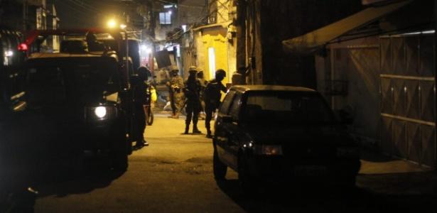 Militares do Exército participam de operação em favela da zona oeste do Rio