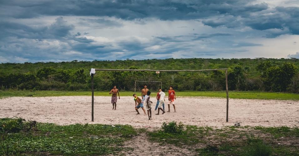 Crianças jogam bola em comunidade no oeste baiano