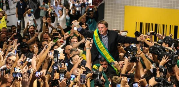 Bolsonaro é recebido por apoiadores no aeroporto Afonso Pena, na Grande Curitiba