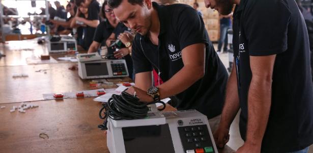 O TRE-DF realiza teste e lacração das urnas eletrônicas que serão enviadas para votação