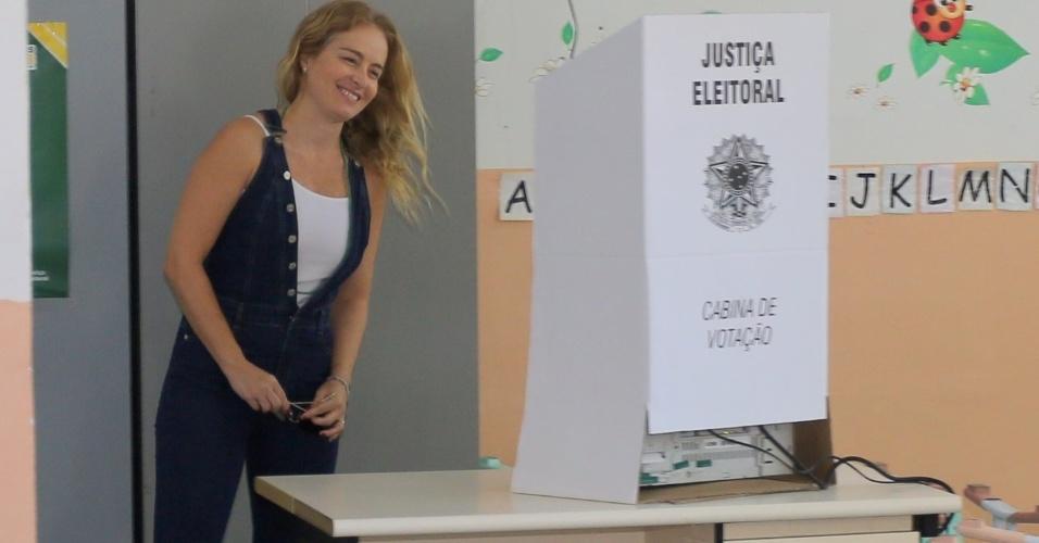 28.out.201 - Angélica vota no Rio de Janeiro (RJ)