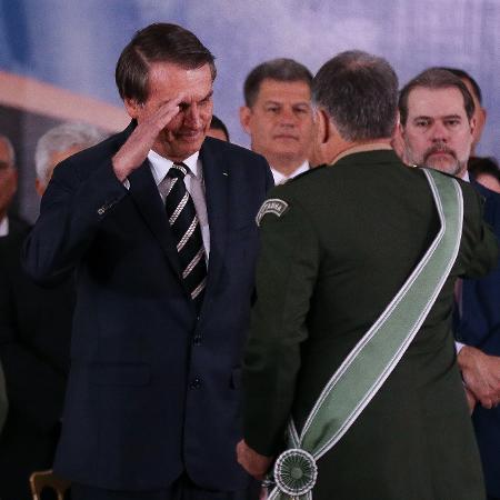 11.jan.2019 - Bolsonaro em cerimônia de passagem de cargo no Exército com o general Edson Leal Pujol (de costas na foto) - Pedro Ladeira/Folhapress
