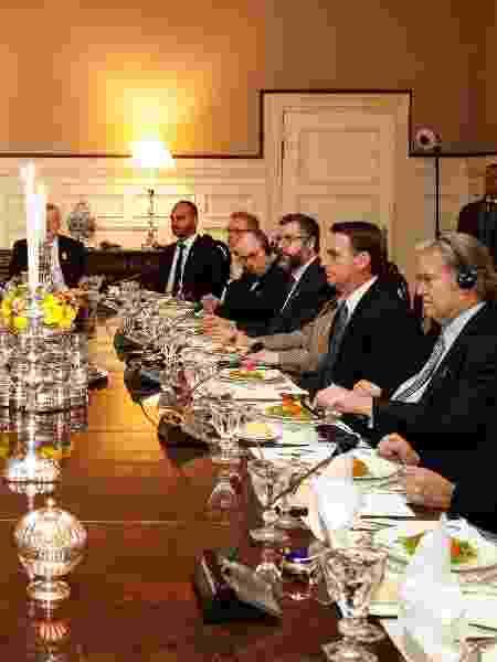 Ao lado de Steve Bannon, presidente Jair Bolsonaro acompanha o discurso do embaixador brasileiro nos EUA, Sérgio Amaral - Alan Santos/PR - Alan Santos/PR