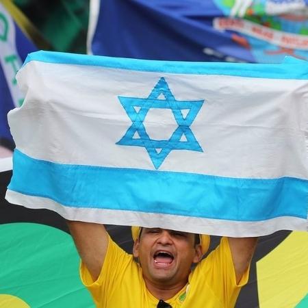 1.jan.2019 - Homem levanta bandeira de Israel na posse de Jair Bolsonaro à Presidência - Reuters