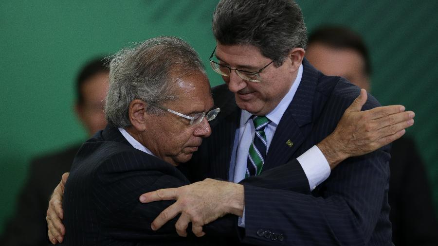 7.jan.2019 - O ministro da Economia, Paulo Guedes (esq.), cumprimenta Joaquim Levy durante solenidade de posse dos novos presidentes de bancos públicos  - Pedro Ladeira/Folhapress