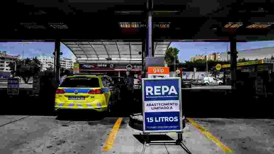 Placa sobre o limite para abastecimento de veículos em Portugal durante a greve de caminhoneiros - Patricia de Melo Moreira/AFP