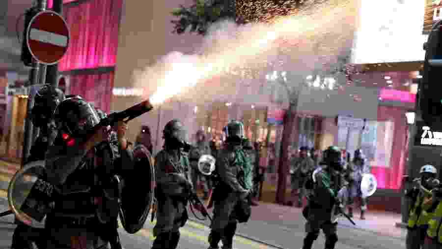8.set.2019 - Policiais atiram bombas de gás lacrimogêneo contra manifestantes em Hong Kong, na China  - Amr Abdallah Dalsh/Reuters