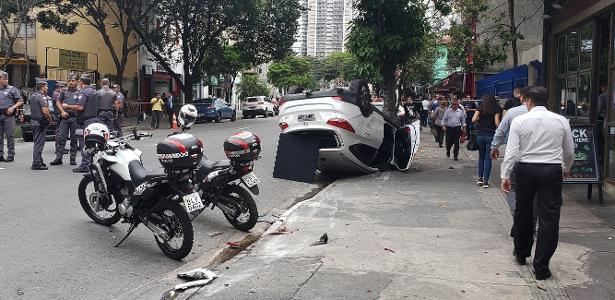 Perseguição e acidente em SP | PM detém dois suspeitos de roubo a residência após carro capotar; veja