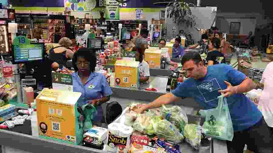 Consumidor empacota suas compras em mercado do Rio de Janeiro - SERGIO MORAES