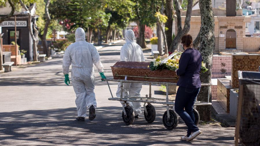 Movimentação no Cemitério da Vila Pires, em Santo André (SP) - Roberto Sungi - 10.mai.2020/Futura Press/Estadão Conteúdo