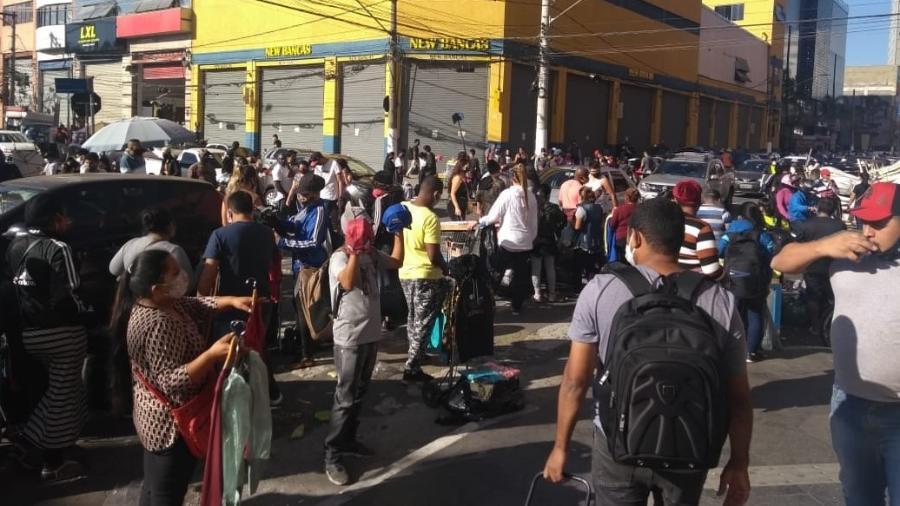 11.jun.2020 - Rua Tiers, no Brás, movimentada no primeiro dia de reabertura dos shoppings populares - Alex Tajra/UOL