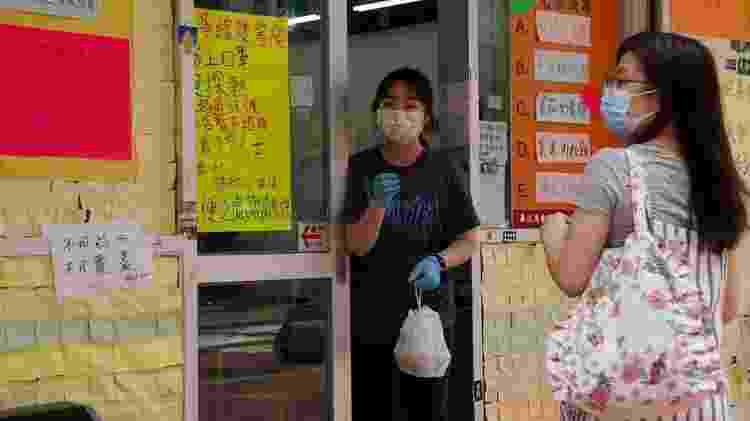 O governo de Hong Kong agora proibiu reuniões de mais de duas pessoas e suspendeu todos os serviços de refeições - Reuters - Reuters