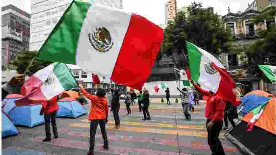 20.set.2020 - Manifestantes protestam contra o presidente mexicano Andrés Manuel López Obrador - Pedro Pardo/AFP
