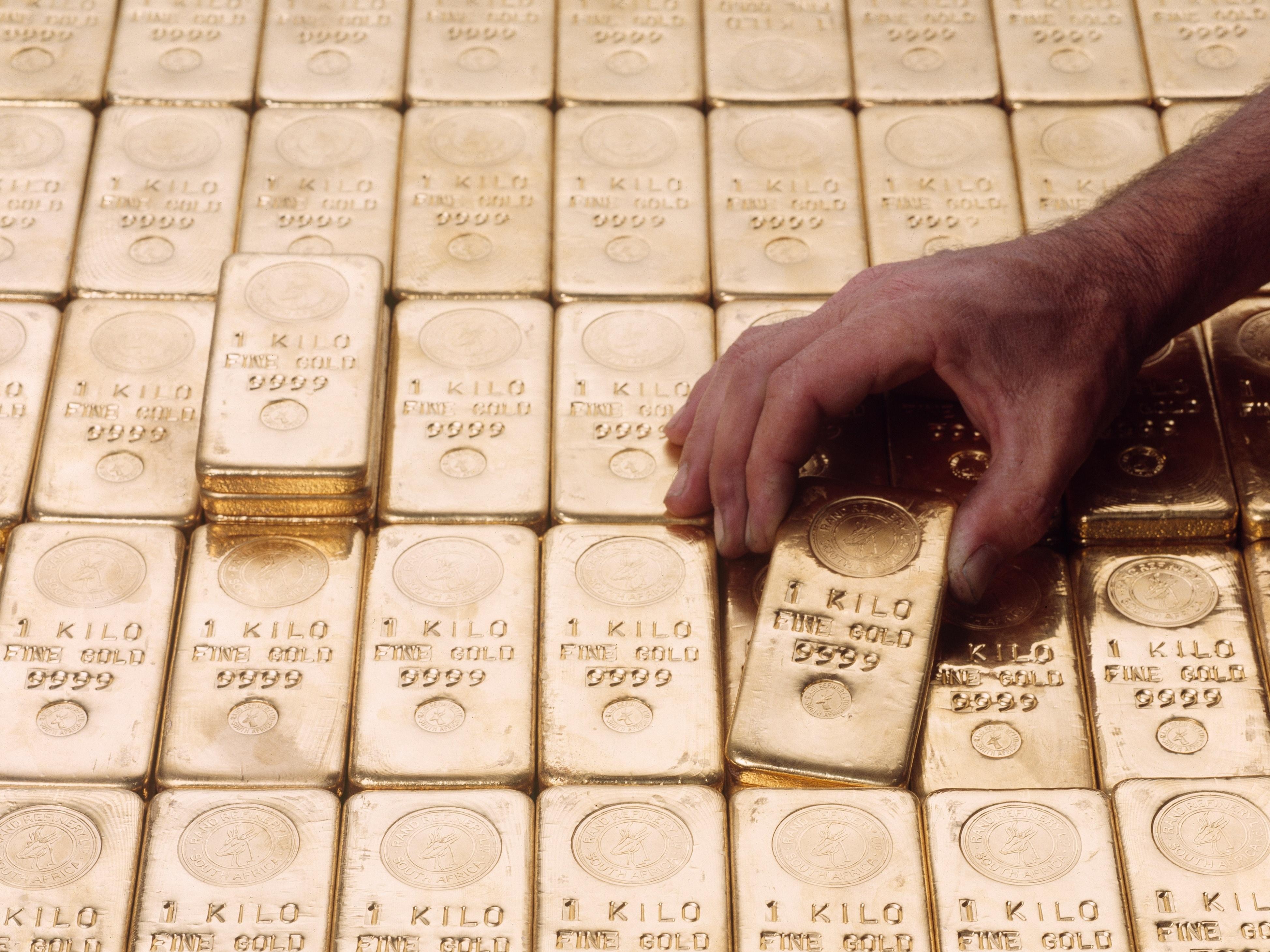 Como fazer investimentos em ouro? Economista explica 3 formas práticas
