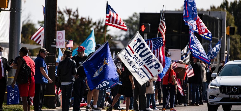 Apoiadores de Trump seguem do lado de fora do hospital, onde está o presidente americano - Samuel Corum/ Getty Images/ AFP