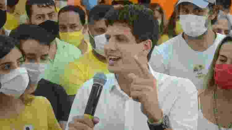 29.nov.2020 - João Campos faz primeiro discurso como prefeito de Recife ao lado da namorada, a deputada Tabata Amaral - Beto Macário/UOL - Beto Macário/UOL