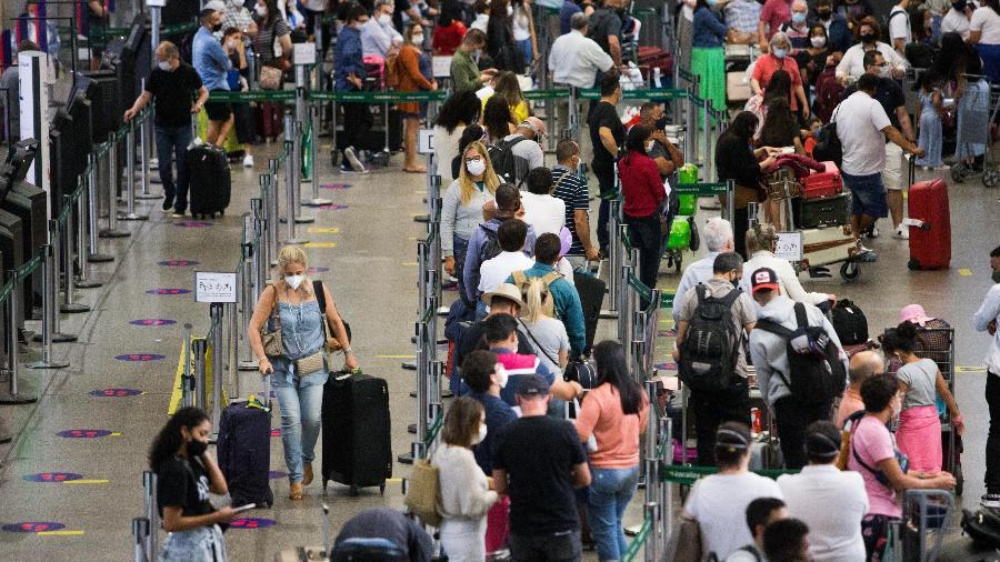 Movimentação na área de embarque do aeroporto de Guarulhos, em São Paulo - 22.dez.2020 - Tiago Queiroz/Estadão Conteúdo