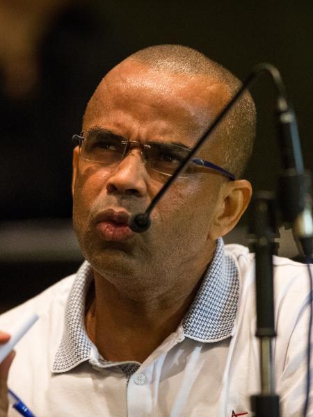 13.mai.2015 - Traficante Luiz Fernando da Costa, o Fernandinho Beira-Mar, em julgamento no Rio de Janeiro - Ricardo Borges/Folhapress
