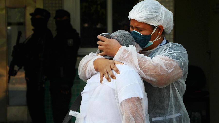 Profissionais de saúde choram após entregar cilindro de oxigênio vazio para familiar de paciente internado com Covid-19 - EDMAR BARROS/ESTADÃO CONTEÚDO