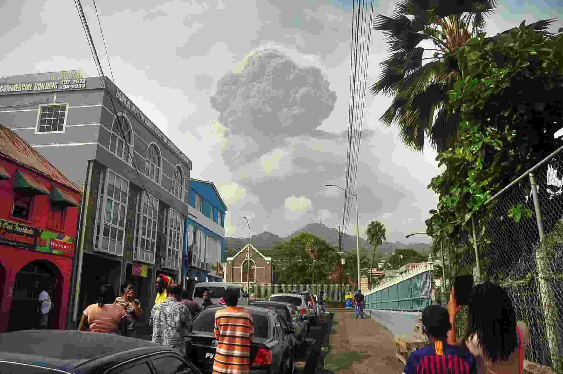 09.abr.2021 - Cinzas e fumaça sobem durante erupção do vulcão La Soufriere e se aproximam de vilarejo em Kingstown, na ilha de São Vicente, no Caribe - REUTERS/Robertson S. Henry