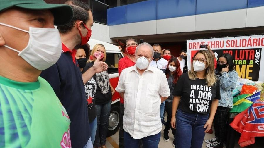 Ex-presidente Lula participa da campanha de arrecadação de alimentos drive-thru solidário, em São Bernardo do Campo, ao lado da mulher, Rosângela Silva - Adonis Guerra/Sindicato dos Metalúrgicos do ABC