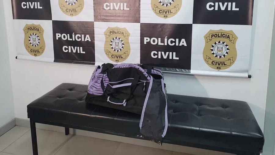 Mala encontrada pelos bombeiros e onde corpo da criança foi colocado e transportado para ser jogado em rio, segundo a Polícia Civil - Reprodução/RBS TV