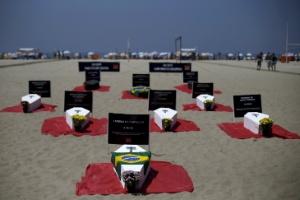 11.out.2015 - Caixões representando vítimas da violência foram colocados na praia de Copacabana durante protesto da ONG Rio de Paz