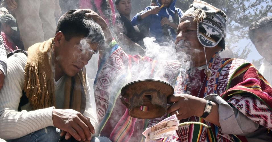 24.jan.2016 - Sacerdote realiza cerimônia de purificação no início da tradicional festa Alasitas, um dos principais expoentes da cultura popular da Bolívia, em La Paz