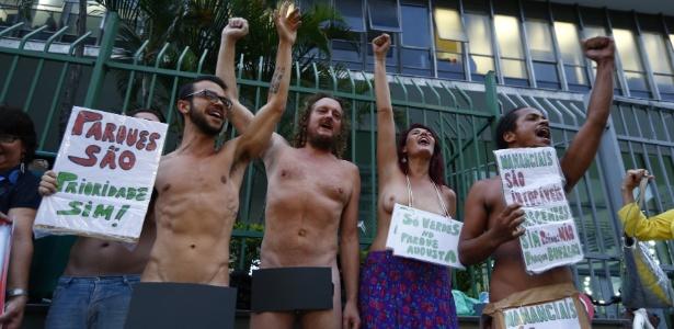 25.fev.2016 - Manifestantes ficam sem roupa para chamar a atenção a protesto contra lei do zoneamento