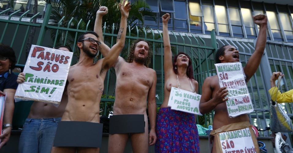 25.fev.2016 - Manifestantes ficam sem roupa para chamar a atenção a protesto contra lei do zoneamento na Câmara dos Vereadores de São Paulo. Parlamentares discutem a lei enquanto representantes de associações fazem protestos no local