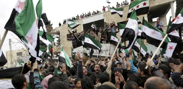4.mar.2016 - Manifestantes com bandeiras do Exército Livre da Síria, opositor do regime Assad, protestam em Marat Numan, na província de Idlib