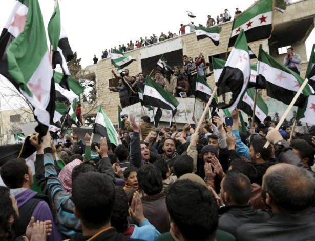 Manifestantes com bandeiras do Exército Livre da Síria protestam em Marat Numan, na província de Idlib